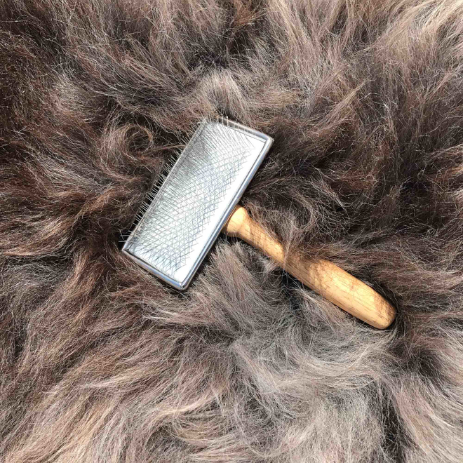 Sheepskin grooming brush (included)
