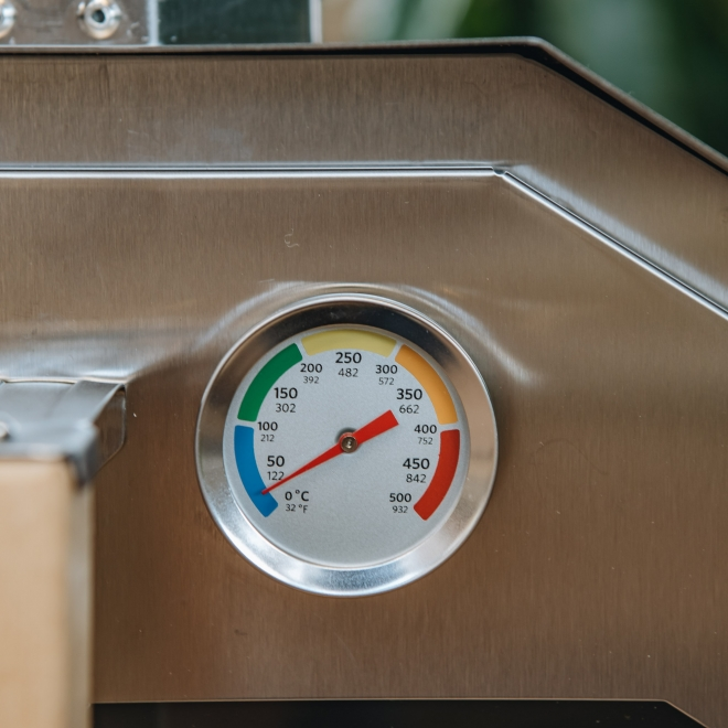 Pro 16 Pizza Oven - built in thermometer